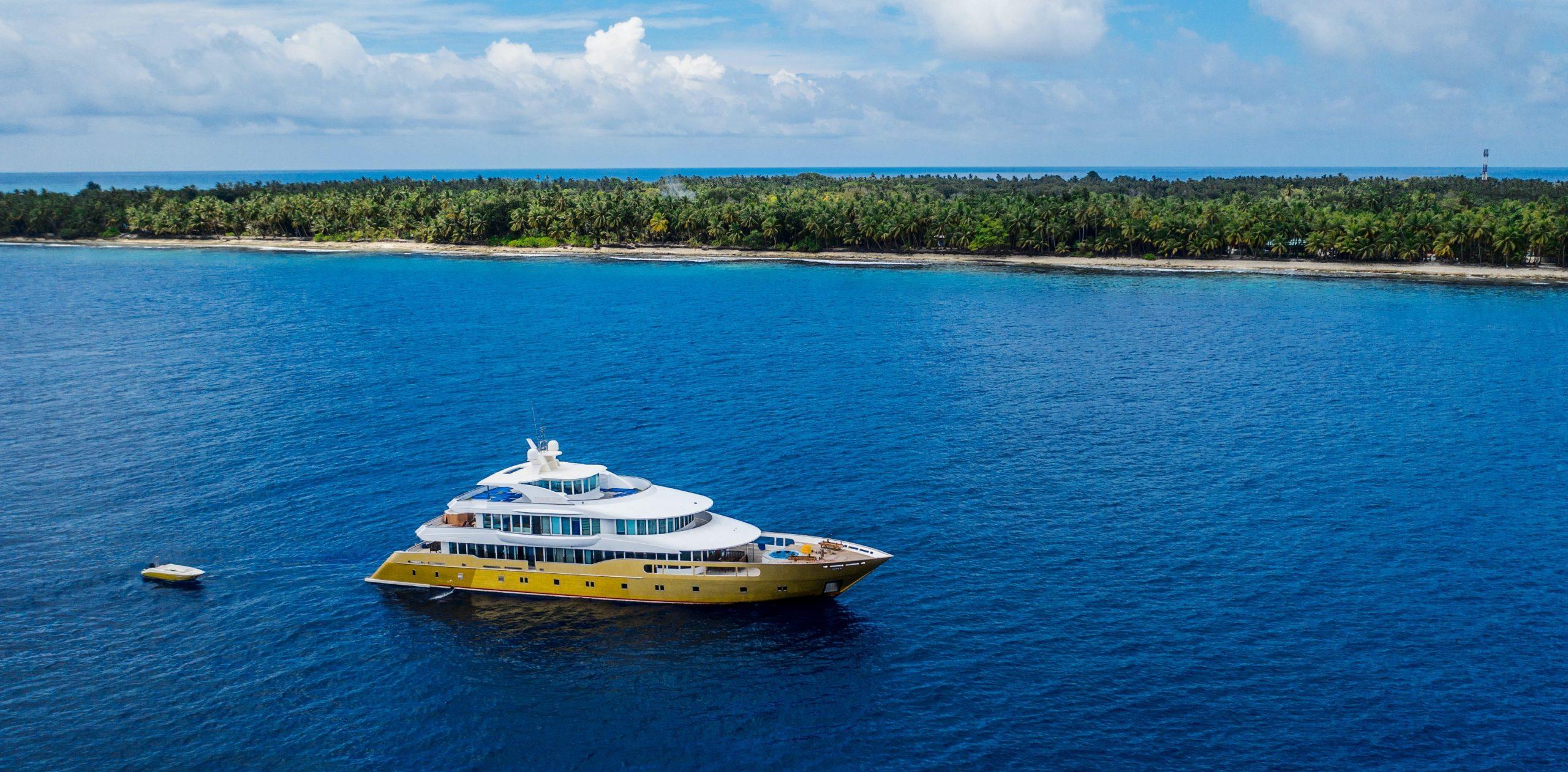 embarcación turística marítima